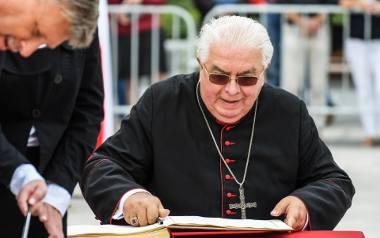 Biskup Jan Tyrawa opuszcza siedzibę bydgoskiej kurii.