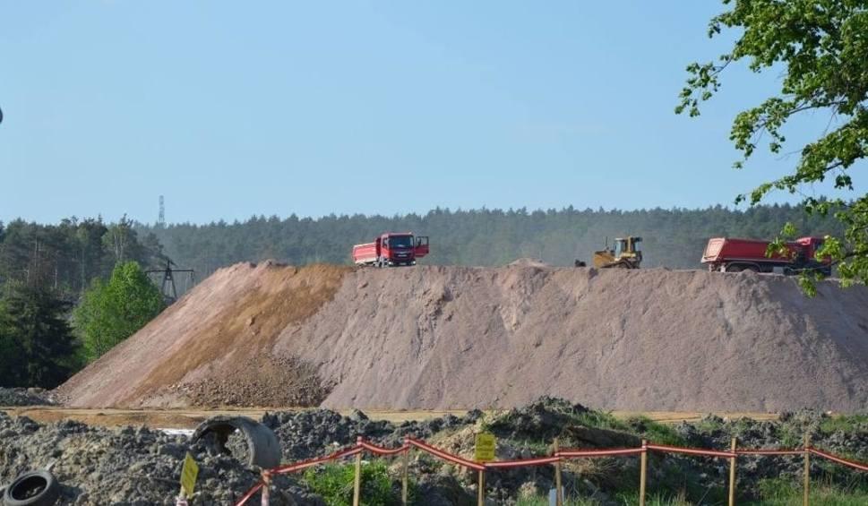 Film do artykułu: Trwa budowa drogi ekspresowej numer 7 do granicy województw. Ma być gotowa w 2020 roku (ZDJĘCIA)