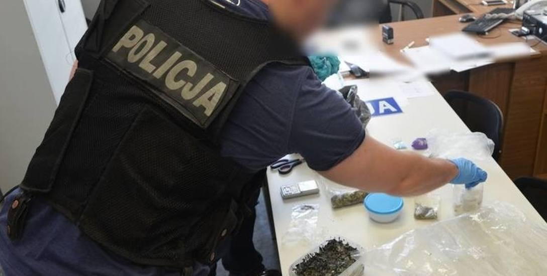 W Bydgoszczy zatrzymano 19-latka, który miał w aucie kolainę, LSD i extazy, a w Toruniu 27-latek wpadł z 350 g narkotyków