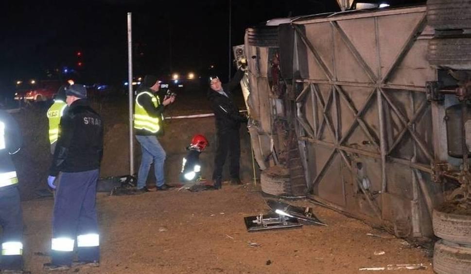 Film do artykułu: Wypadek autokaru. Podróżowali nim niepełnosprawni z lubuskiego. Jedna osoba nie żyje, 24 są ranne. Jak przebiegała akcja ratownicza