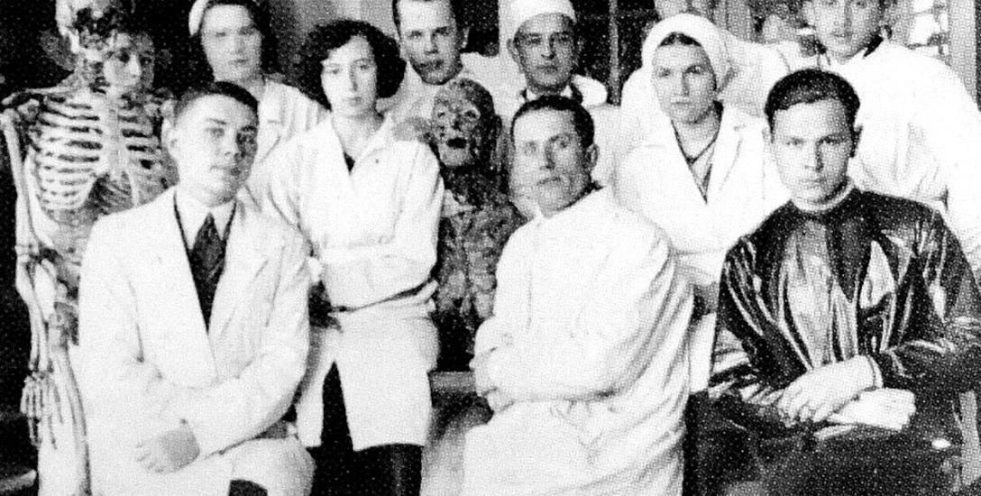 Jedno ze zdjęć z okresu studiów wileńskich z archiwum rodzinnego doktora Piotra Chwala.  Ćwiczenia w Zakładzie Anatomii. Studenci pozują oczywiście w