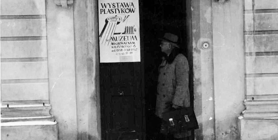 Stanisław Bukowski - zasłużony białostocki  architekt, przed wejściem do Pałacyku Gościnnego -  siedziby Muzeum Regionalnego, gdzie w 1952 roku prezentowano