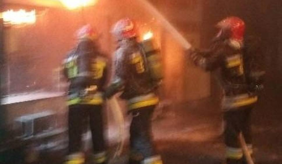 Film do artykułu: Pożar magazynu okien w Kostomłotach. Z ogniem walczyło osiem zastępów straży pożarnej
