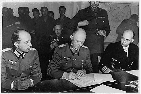 Alfred Jodl podpisuje kapitulację Niemiec, 7 maj 1945 roku.