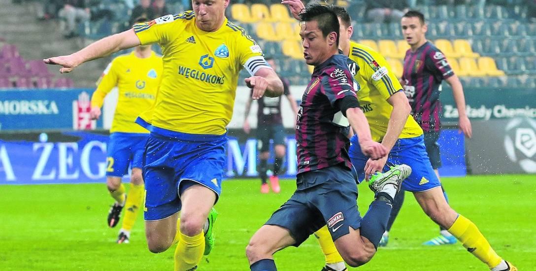 Takafumi Akahoshi (z prawej) trafił z Pogoni do rosyjskiego FK Ufa za 100 tysięcy euro, nie zaś za 600 tysięcy euro jak podawały różne źródła w tamtym