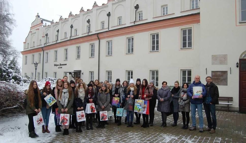 Film do artykułu: Uczniowie Collegium Gostomianum w Sandomierzu pomogli dzieciom w Łoniowie. Były prezenty i wspólna zabawa (ZDJĘCIA)
