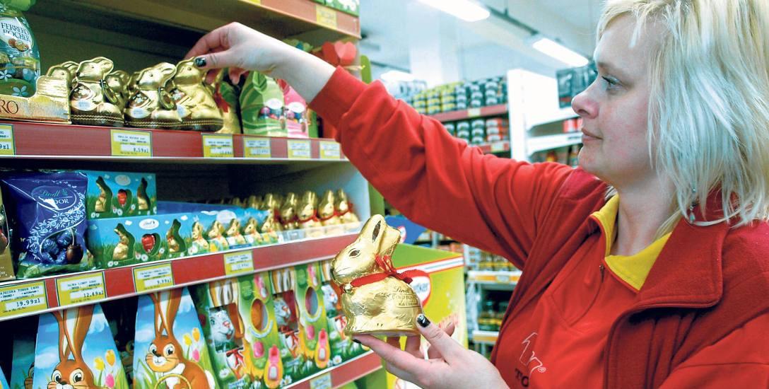 W sklepach widać święta - jest tłoczno, kolorowo, a na dodatek na wielu towarach pojawiły się wielkanocne dekoracje