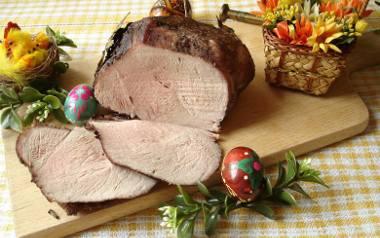 Domowa pieczona szynka świąteczna bez wędzenia.