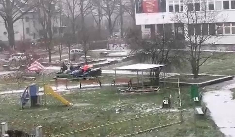 Film do artykułu: We Wrocławiu wzięli się za koszenie trawy. Trawy ze śniegiem [ZOBACZ]