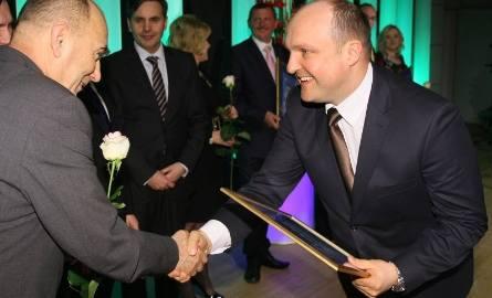 Wiceprezydent Kielc Andrzej Sygut wręcza dyplom za czwarte miejsce w Kielcach. W imieniu Pawła Baranowicza odbiera brat Wojciech.