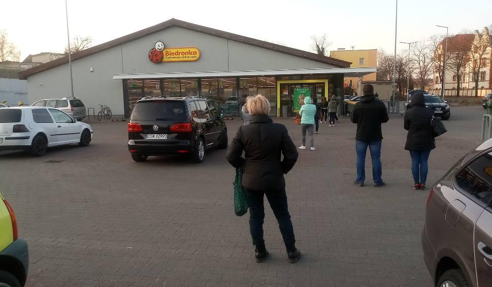 Film do artykułu: Czekamy przed sklepem, żeby zrobić zakupy. Tak wyglądają kolejki przed marketami w Krośnie Odrzańskim. Też już w nich staliście?