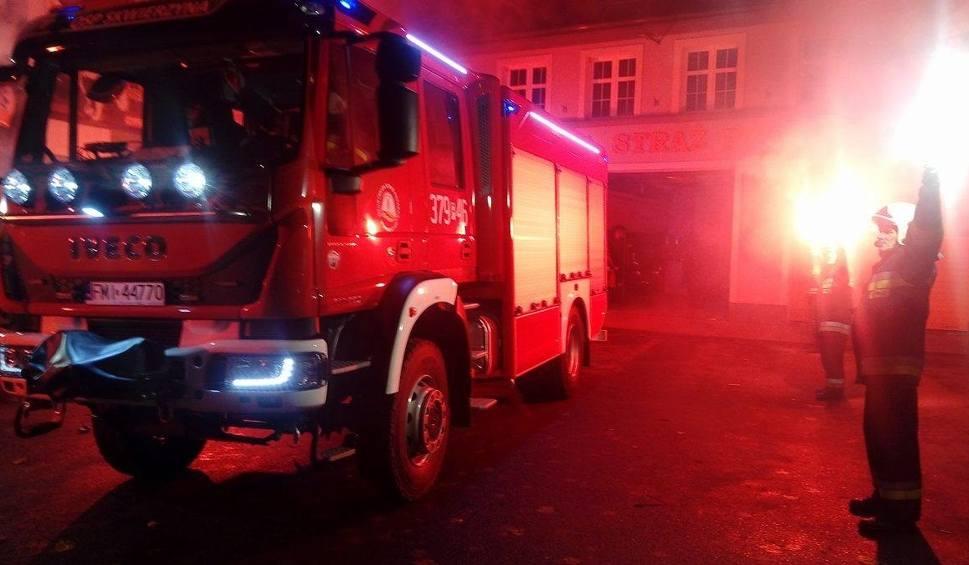 Film do artykułu: Średni wóz bojowy dla skwierzyńskich strażaków. Witali go jak króla, z racami i szampanem!