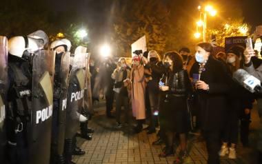 Protest kobiet w Katowicach. Było gorąco. Doszło do przepychanek. Policja zatrzymała kilka osób do wyjaśnienia.Zobacz kolejne zdjęcia. Przesuwaj zdjęcia