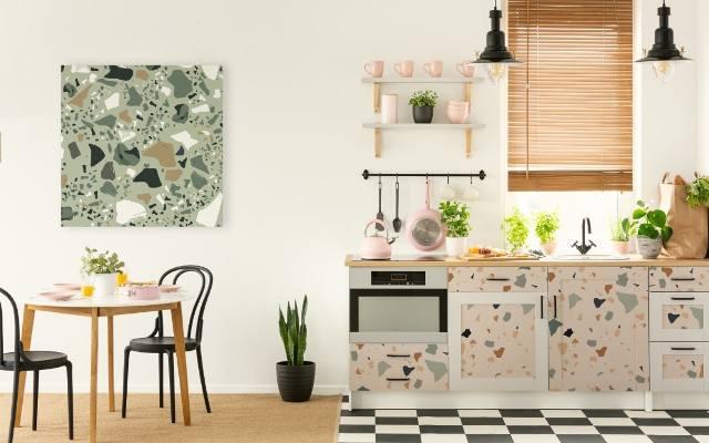 Szybką metamorfozę mebli kuchennych można uzyskać oklejając je ulubionym motywem dekoracyjnym.