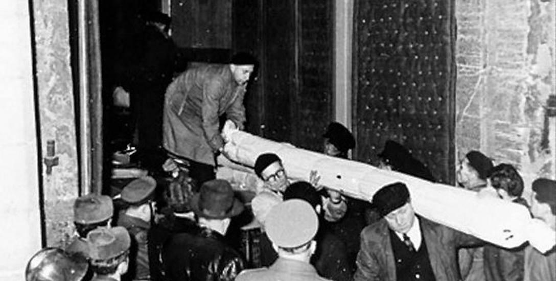 Wypakowywanie arrasów w styczniu 1961 roku