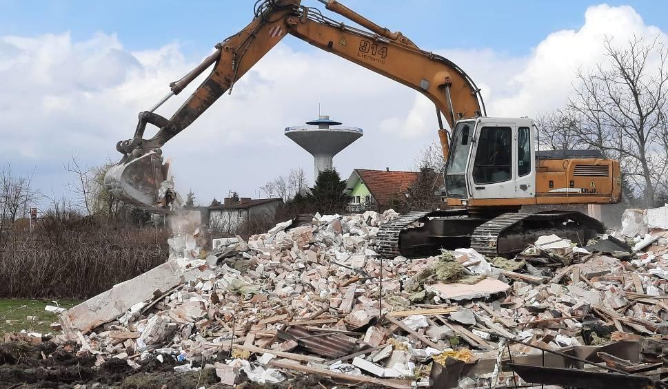 Film do artykułu: Tarnobrzeg. Zburzyli dom stojący na wytyczonej trasie obwodnicy miasta. Właściciele nie chcieli na to patrzeć (ZDJĘCIA)