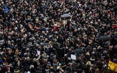 Czarny Piątek - strajk kobiet. Do Warszawy przyjechali pikietujący z całej Polski. Kobiety walczą o prawo do aborcji