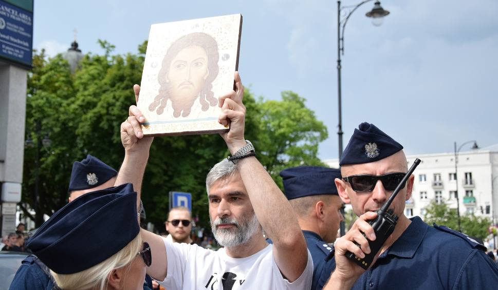 Film do artykułu: Marsz Równości w Białymstoku. Na ulicach tłumy kolorowych ludzi i kibiców. W powietrzu tęczowe flagi, gaz i kamienie (ZDJĘCIA, WIDEO)
