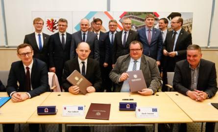 W urzędzie marszałkowskim podpisano dziś umowę na  przebudowę 29-kilometrowego odcinka drogi wojewódzkiej nr 548 ze Stolna do Wąbrzeźna