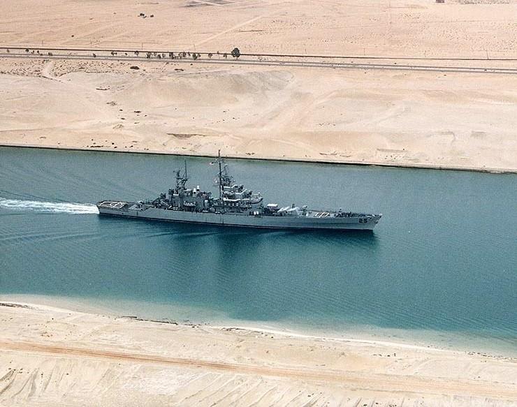 USS Bainbridge przechodzi przez kanał