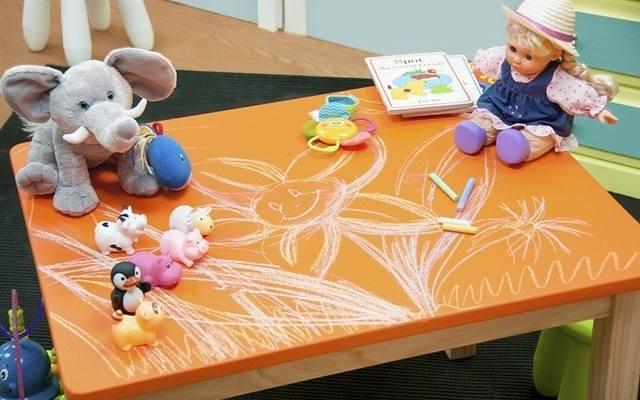 Taki stolik w pokoju dziecka ucieszy każdego szkraba i zachęci do doskonalenia zdolności manualnych.