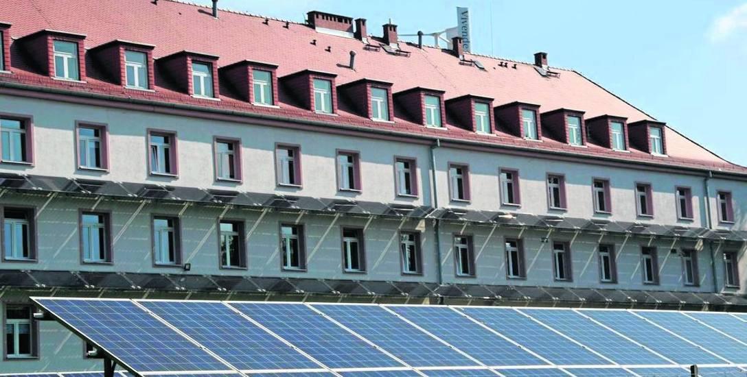 Panele fotowoltaiczne zamontowane przy głubczyckiej lecznicy sprawiają, że część energii pochodzi z odnawialnych źródeł.