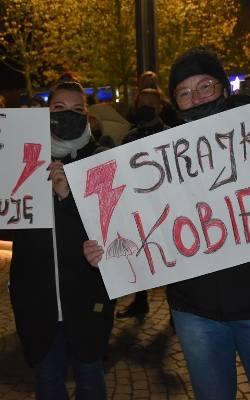 Gdańsk: Protesty po orzeczeniu Trybunału Konstytucyjnego w poniedziałek 26.10.2020. Marsz spod Forum Gdańsk do Katedry Oliwskiej