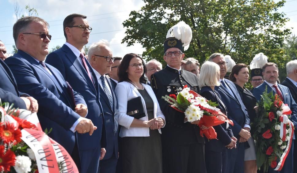 Film do artykułu: Premier Mateusz Morawiecki pod pomnikiem Porozumień Jastrzębskich oddał hołd strajkującym górnikom WIDEO + ZDJĘCIA