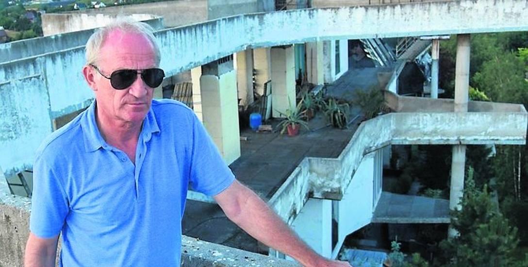 Jerzy Godlewski na dachu swojego apartamentu w Jastrzębiu. Zaczął go budować na przełomie XX i XXI wieku. Czy skończy?