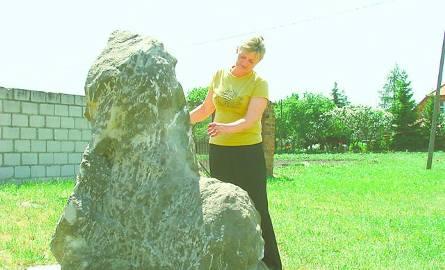 Sołtys Krystyna Iwańska przy fragmencie odkopanego lwa
