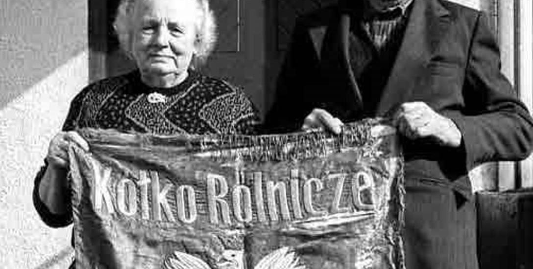 Na zdjęciu: Maria i Augustyn Rudnikowie z Borowego Młyna. Ten sztandar uratował im życie w 1945 roku.