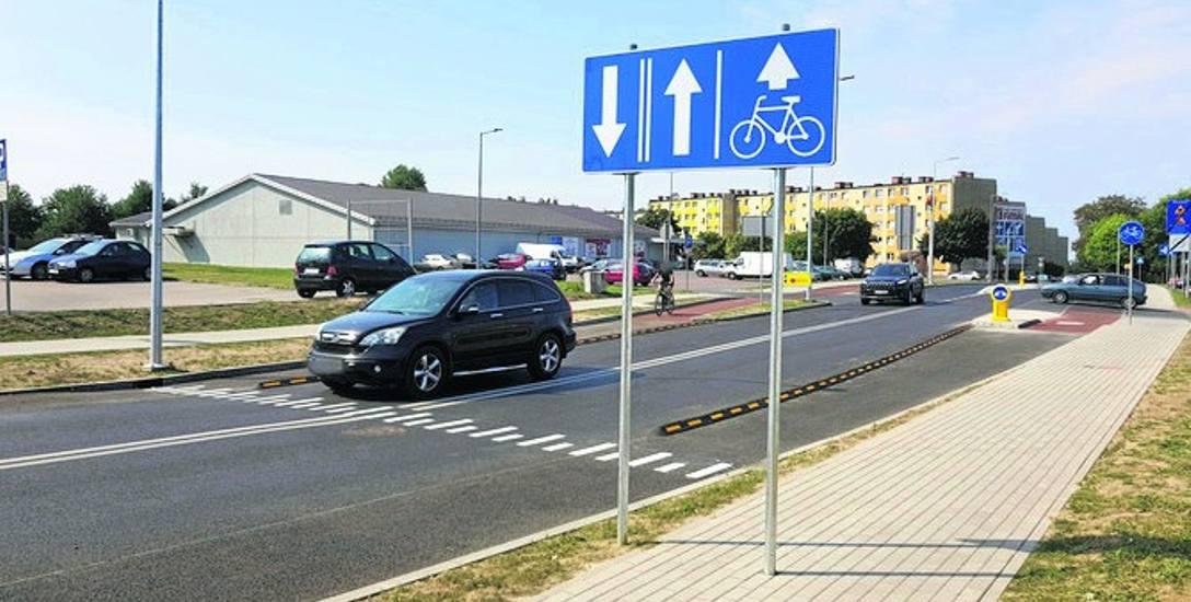 Znak drogowy stanął na środku chodnika. Taka instalacja może wydawać się błędna, ale jest zgodna z przepisami