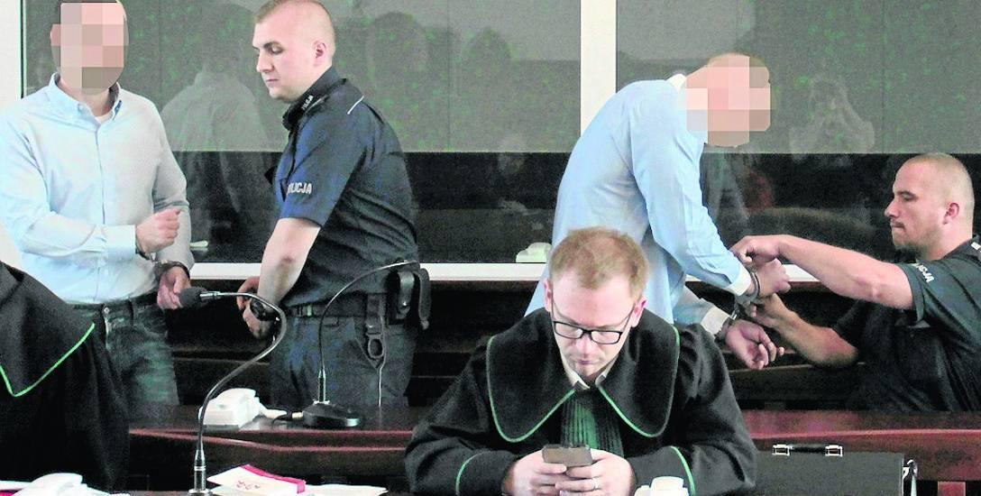 Adam M. i Łukasz D. od połowy czerwca ubiegłego roku przebywają w areszcie. Przed sądem obaj oskarżeni odpowiadają jako recydywiści. Grozi im więc podwyższona