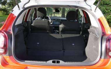 Przestronnością zaskakuje bagażnik miejskiego C3. W podstawowej konfiguracji jest w stanie pomieścić 300 litrów i to mimo zastosowania pełnowymiarowego