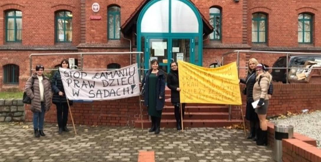 Procesowi towarzyszył protest przeciwko łamaniu praw dzieci w sądach