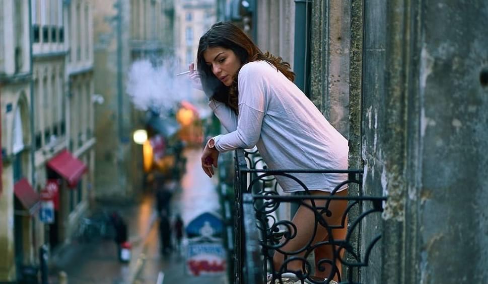 Film do artykułu: Czego nie wolno robić na balkonie? Na cenzurowanym: grillowanie, palenie papierosów, hałas, wywieszanie prania i... seks