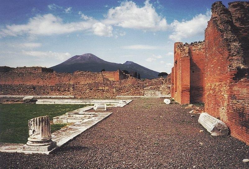 Odkryte spod warstwy popiołów Pompeje są dzisiaj jedną z największych atrakcji turystycznych w Europie [1]