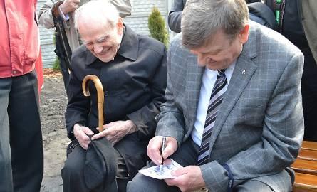 Czesław Szachnitowski z polskim kosmonautą Mirosławem Hermaszewskim  w Grudziądzu. Otrzymuje autograf od gen. Hermaszewskiego.