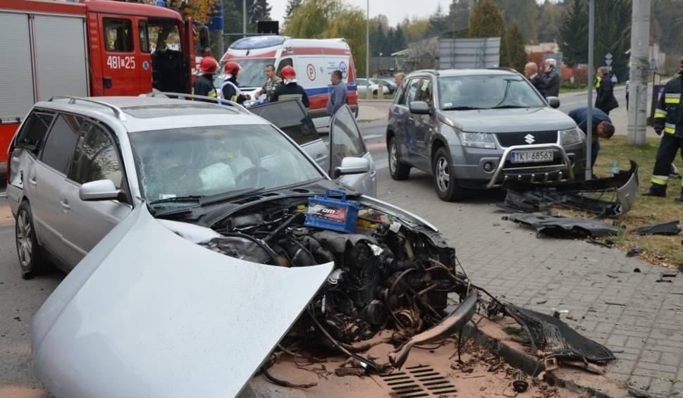 Film do artykułu: Groźny wypadek na feralnym skrzyżowaniu w Suchedniowie. Są utrudnienia w ruchu (ZDJĘCIA)