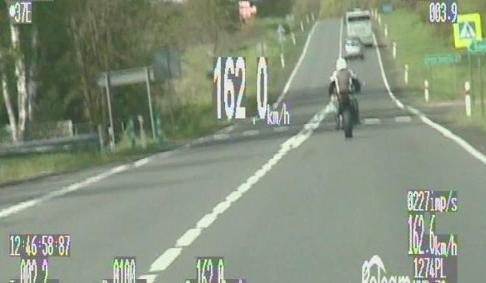 Film do artykułu: Motocyklista przekroczył prędkość niemal o 100 km/h [WIDEO]