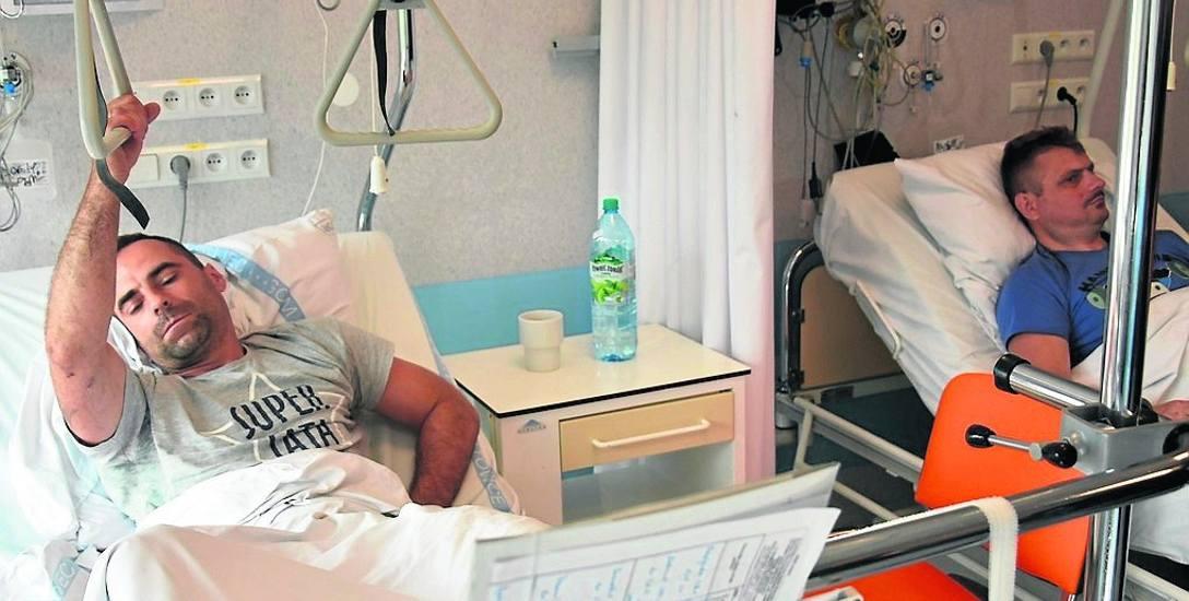 Michał Patalong (z lewej) i Mariusz Reguła zostali ranni we wstrząsie. Teraz są w szpitalu w Ochojcu