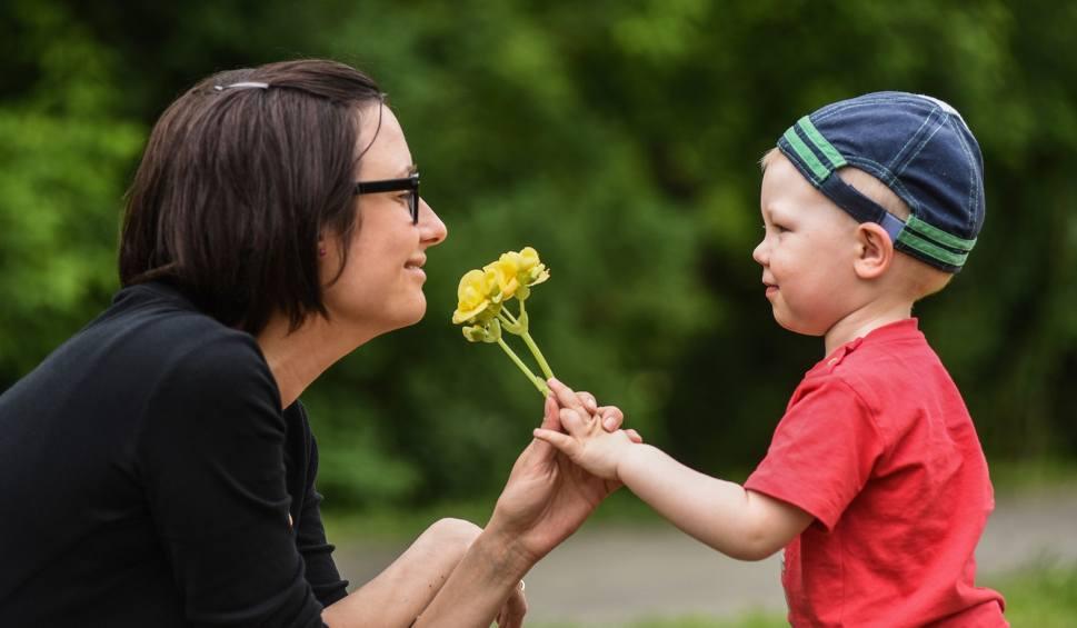 Film do artykułu: Życzenia na Dzień Matki [wierszyki, sms, śmieszne]