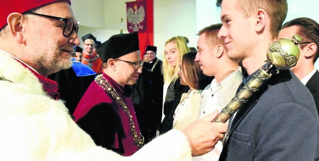 Akt przyjęcia w poczet studentów Uniwersytetu Zielonogórskiego, którego dokonał rektor uczelni prof. dr hab. Tadeusz Kuczyński, był ważnym elementem