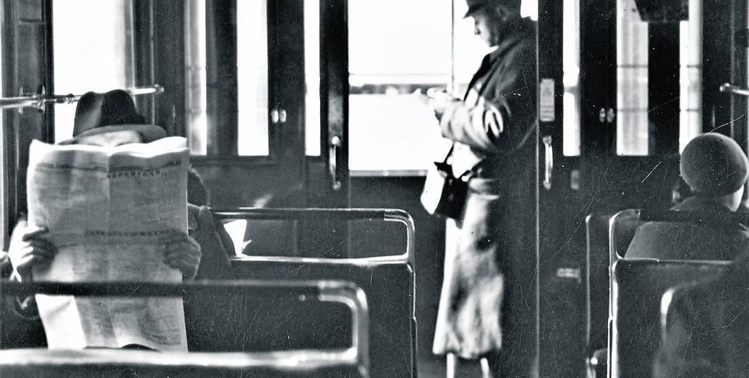 Konduktor z charakterystyczną torbą w tramwaju - ten obraz pamiętają już tylko najstarsi bydgoszczanie