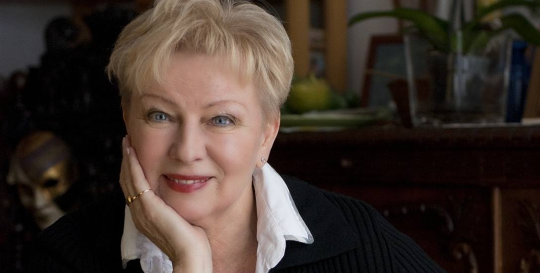 Krystyna Kofta jest pisarką, plastykiem i felietonistką.