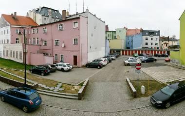 Ogołocony z granitu odcinek znajduje się na wysokości trzech samochodów (białego, czerwonego i niebieskiego) widocznych po lewej