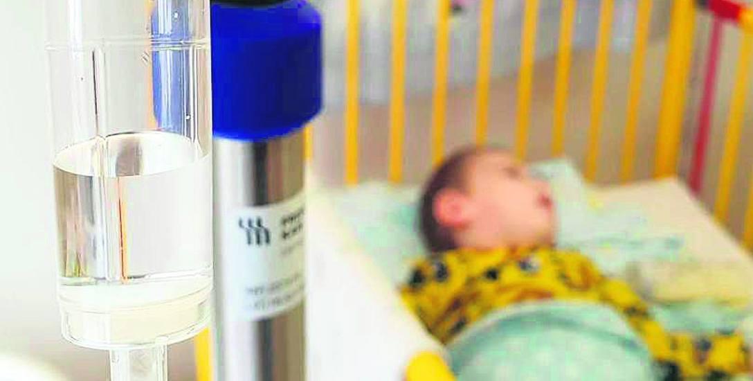 Wysoka gorączka, ogólne osłabienie, kaszel, a czasem także duszności - to najczęstsze objawy z jakimi dzieci trafiają obecnie do szpitali.