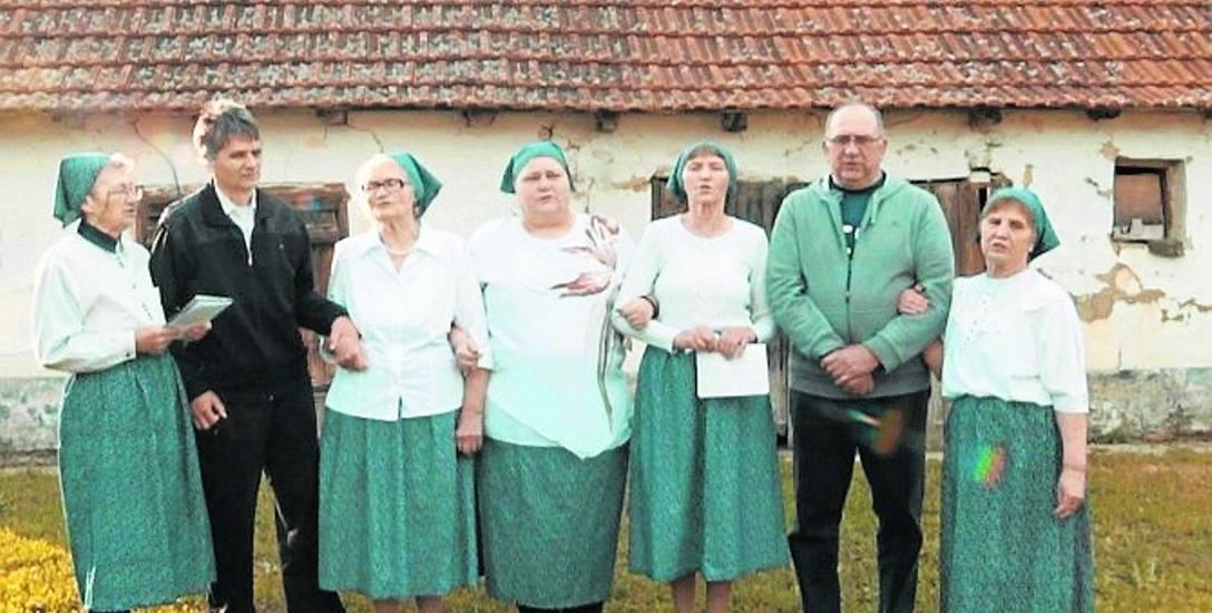 """Kadr z filmu """"Ciągle tu jesteśmy"""". To niesamowita opowieść o potomkach wiślańskich osadników żyjących w Ostojićevie"""