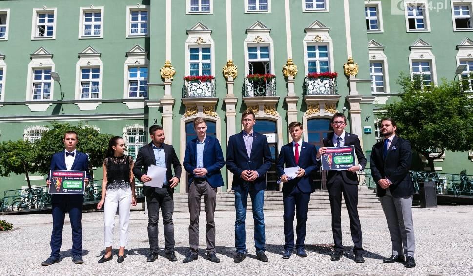 Film do artykułu: Chcą zmiany nazwy placu Adamowicza na plac Pogoni Szczecin. Pomysł poparło 2 tys. osób