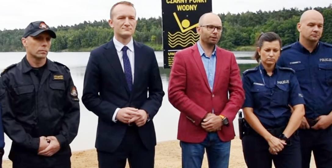 Od lewej: komendant PSP w Łowiczu Arkadiusz Makowski, wicestarosta Piotr Malczyk oraz prezes ŁAS Kamil Sobol